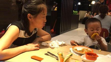 萌娃吃播 宝宝爱吃柠檬 必胜客主题餐厅吃披萨 炒饭 虾球 周末亲子时光