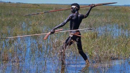 非洲原始部落长矛捕鱼, 一刺一个准, 渔民都自愧不如