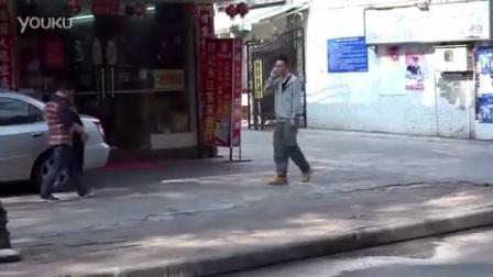 男子广州街头恶搞路人