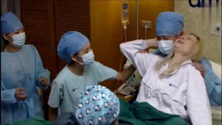 这位外国孕产妇生孩子, 分娩方式很独特后面还坐着男医生