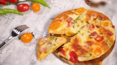 《培根披萨》饼皮外层香脆、内层松软, 色彩还特别鲜艳, 让这份培根披萨充满食欲。