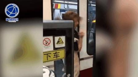 两名女子车厢里又骂又打 一女子险被车门夹住