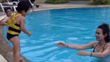 1岁大的宝宝掉进水里, 妈妈却站着不管, 下一幕宝宝开挂了