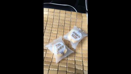女客户有两片面包, 哎, 少年, 你有火腿肠吗?