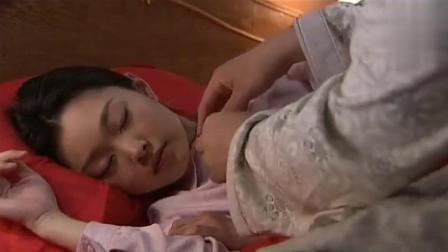 结婚后美女不让男子碰她, 男子只好趁她睡着了脱她衣服