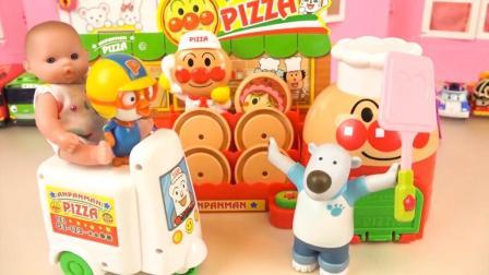 小猪佩奇在玩具披萨店里做美味的食物