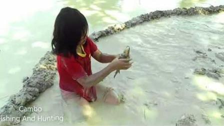 三个农村孩子舀水捉鱼, 妹妹看到大鱼后, 这场面不得了