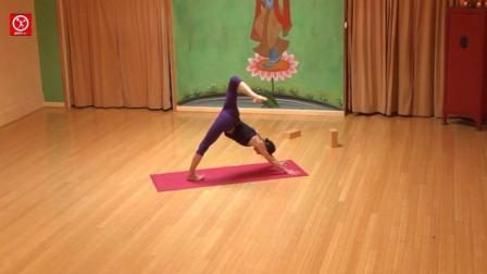 瑜伽视频教程之缓解腰酸背痛的瑜伽萤火虫式