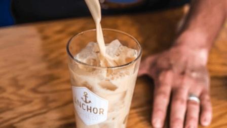 用调鸡尾酒的方式做咖啡, 教你做超好喝的蜂蜜肉桂冰冷萃拿铁