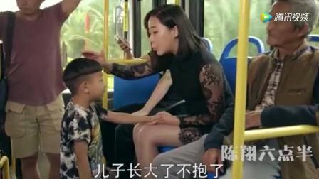 公交车上都盯着美女裙子看, 渣男怂恿6岁小孩掀开