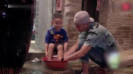 陈小春帮儿子洗脚 问儿子会不会老了也帮他洗