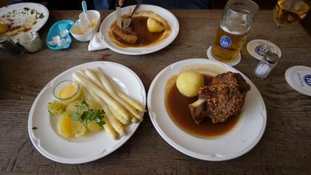 【屌丝吃大街】慕尼黑啤酒坊烤猪肘和时蔬配菜-慕尼黑之旅