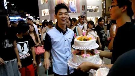 街头艺人李科颖在台北有多火? 子鼓粉丝端着生日蛋糕为他庆祝