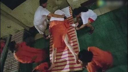 女牢房里美女深夜, 被大姐大在床上欺负得颤抖大叫!
