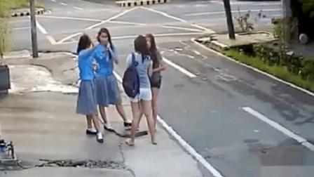 4名女大学生路边等车, 视频记录下愤怒一幕