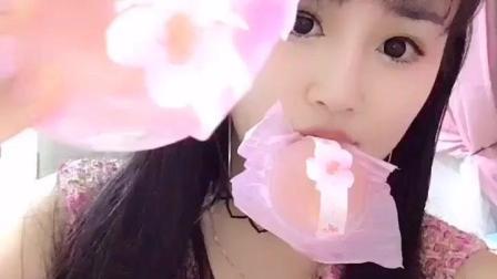 这妹子颜值高! 吃的这是日本樱花果冻、樱桃布丁还是水信玄饼?