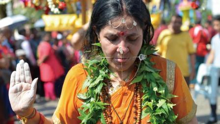 印度教徒恐怖赎罪方式 鱼钩刺穿后背 像在自残 96