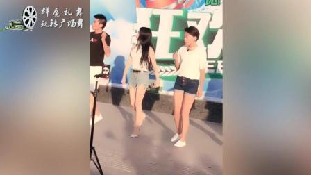 广场舞 真羡慕这位大叔和两位短裤美女跳起动感舞姿 那舞姿动作真美
