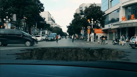 银川新华东街某交叉路口路面坍塌