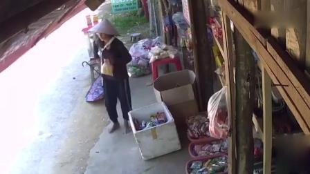 光脚老太太打伞来小卖部购物, 监控却拍下无耻一幕