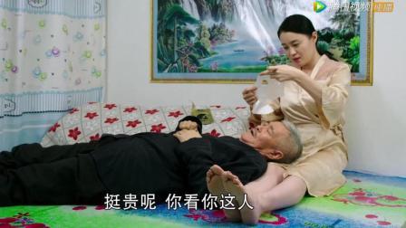 关婷娜给赵本山大叔贴面膜, 你还别说有个娇妻真好!