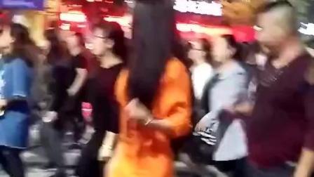 农村小媳妇穿着花裙子, 现场跳起动感的舞蹈, 那舞姿真好看