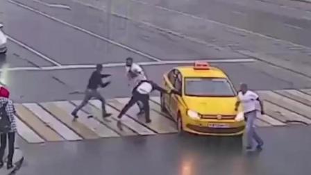 一对情侣过马路, 出租车司机紧急刹车, 下一秒监控拍下可耻的一幕