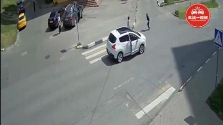 男孩打电话边跑着过马路, 接着发生这事, 司机突然做出这一举动!