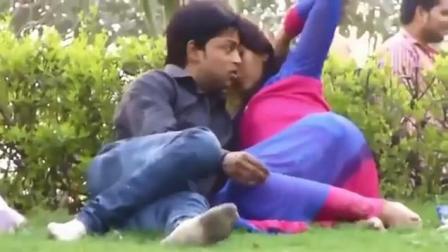 实拍公园里 男女搂搂抱抱 举止亲密 太不文明了