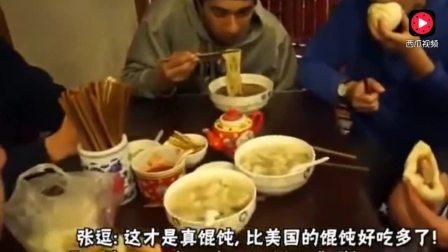 韩国吃货大叔上手拌荞麦凉面搭配猪蹄肉, 吸面的声音真香啊