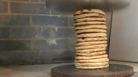 16个煎饼被碾压后, 瞬间就变成了薄饼, 这就是压缩饼干吗?