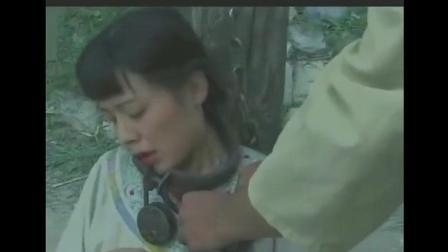 妇女被日本鬼子绑着, 无法给喂孩子奶, 日本鬼子摩拳擦掌过来帮她