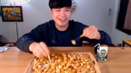 韩国豪放派吃播donkey弟弟吃一大盘各种口味小饼干喝牛奶