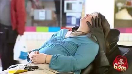 国外整人恶搞 商场里的自动按摩椅 笑到肚子疼