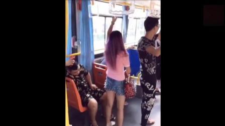 爆笑: 美女坐公交, 你千万别在吃饭的时候看, 笑