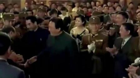 舌战群儒的毛主席  高调挑衅的记者最终哑口无言