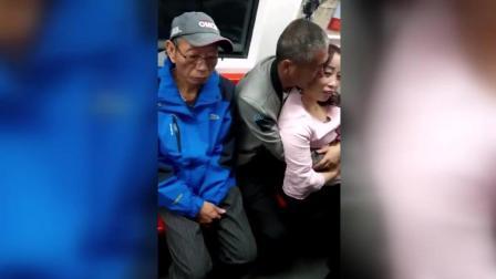 大爷大妈地铁上甜蜜相拥, 旁边蓝色衣服大叔神色不对啊!