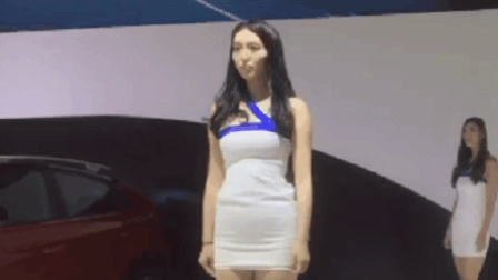 美女模特性感走秀, 超短的包臀裙有些尴尬!