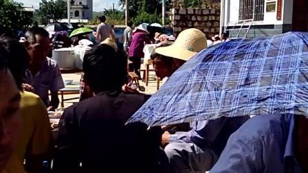 实拍乡村烈日下的喜酒, 客人们全都打伞带帽, 晒得不要不要的