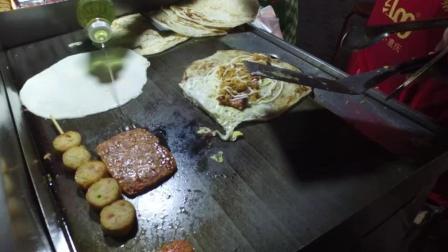 农村夫妻卖创意手抓饼, 创新的芝士沙拉口味卖的最好, 真怕有榴莲味的