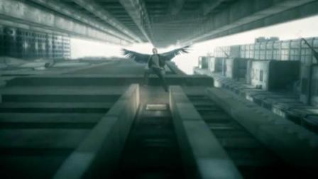 男子被被迫从高楼跳下, 在空中坠落时竟长出了翅膀!