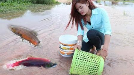 如此简单粗爆的抓鱼方法, 看来只有柬埔寨姑娘了