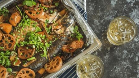 这么做的烤鱼外焦里嫩, 鱼肉紧实又鲜美, 这么多配菜一起煮, 实在诱人