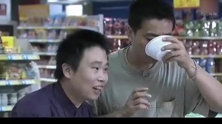 大叔逛商场只试吃不买东西, 售货员实在看不下去请来保安给轰出去