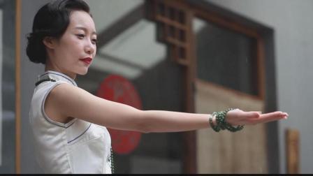 气质美女穿旗袍, 30秒从民国穿越到现代, 竟完成狂野变身!