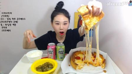 韩国大胃王卡妹, 吃一个大披萨, 喝了2罐鸡尾酒, 吃的很开心