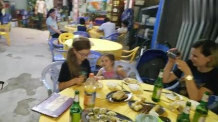 老外带着女儿吃烧烤撸串, 小萝莉瞬间被征服, 我爱中国!