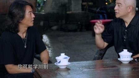 吉杰正在采访郑伊健, 突然听到有人喊大哥, 一看原来是他