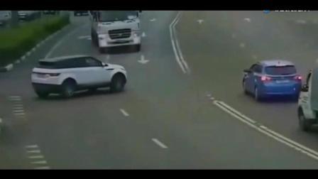 路虎拼了命地往前开, 搅拌车才不会让着你, 监拍骇人一幕!