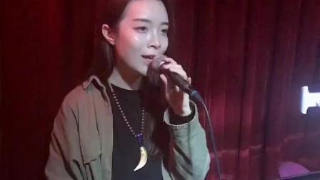 酒吧驻唱歌手现在还在唱这首《爱在西元前》, 唱的超好听超嗨